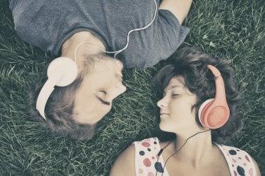 Pareja escuchando musica con audífonos