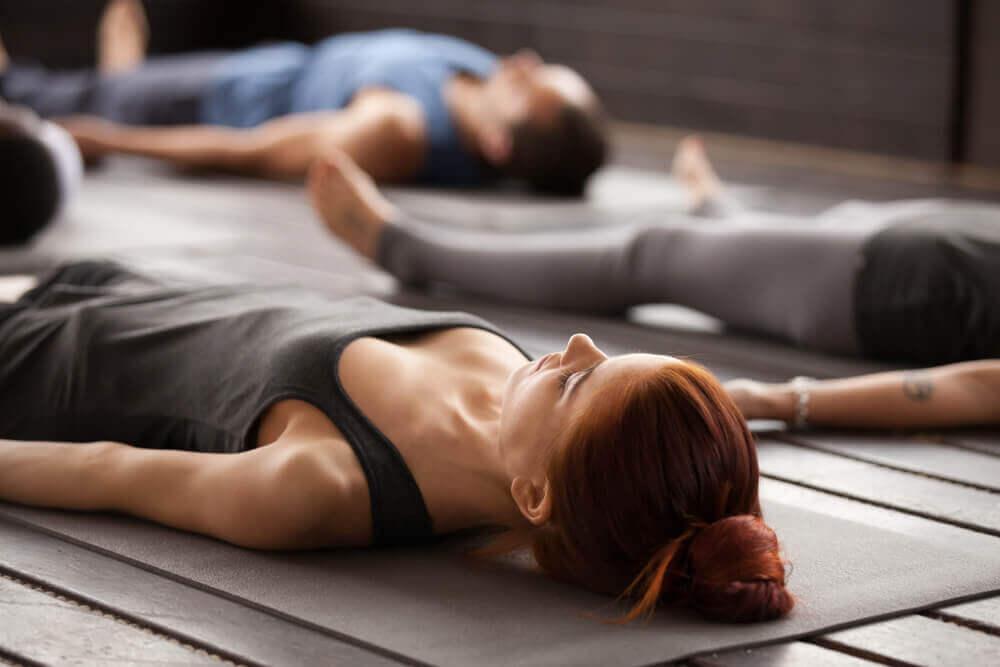 Clase de yoga para la relajación de músculos.