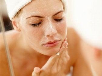 Mujer lavándose la cara. Acné pápulo-pustuloso.