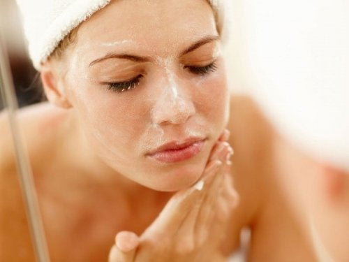 Mujer limpiándose la cara