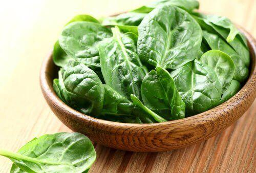 Alimentos para reducir las arrugas: espinacas.