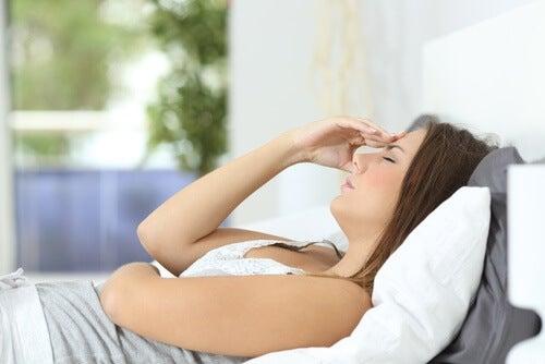 Mujer acostada con cansancio