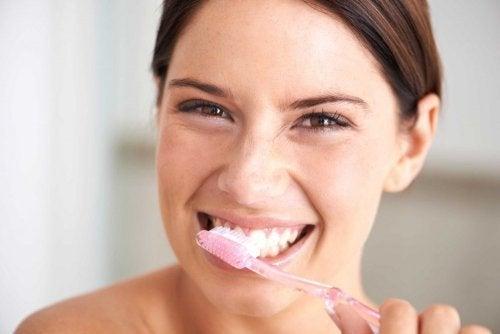 Cómo cuidar el esmalte de los dientes: consejos y buenos hábitos