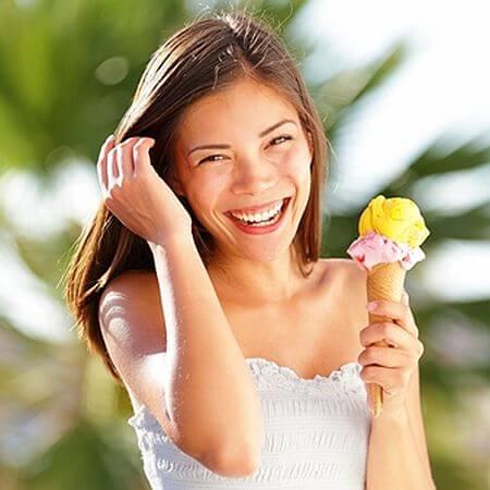 Mujer comiendo un cono de helado