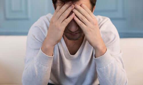 Hombre que sufre depresión.