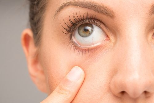 Mujer abriendo ojo