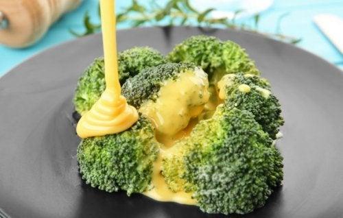 Brócoli bañado en salsa de queso