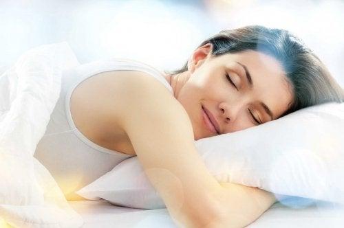 Dormir bien es fundamental para eliminar las ojeras de manera natural