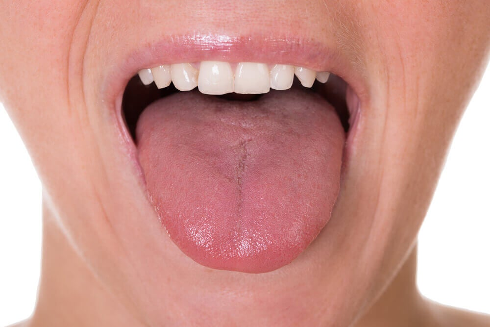Mujer con lengua fuera