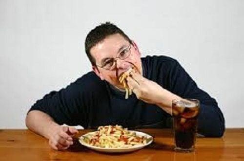 Hombre con malos hábitos alimenticios