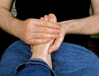 Los beneficios del masaje en los pies y técnicas fáciles