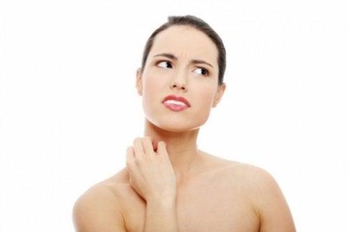 Mujer con picazón en la piel rascándose