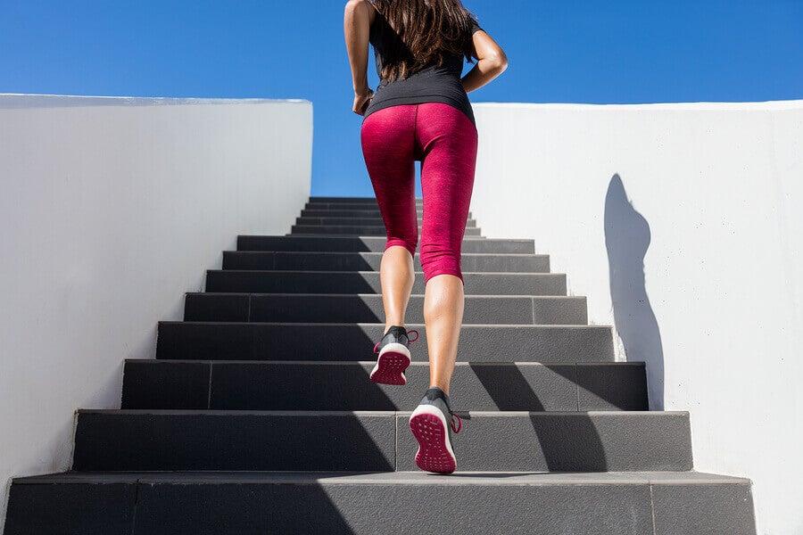 Chica haciendo sprints para bajar peso.