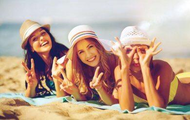 Tres mujeres acostadas en la playa