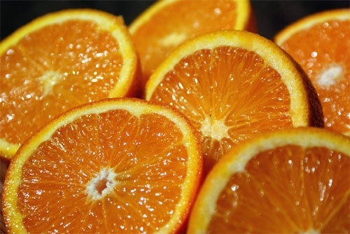 Las frutas y vegetales naranjas son ricos en vitamina C.