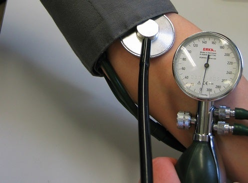 ¿Qué puede causar la hipertensión?