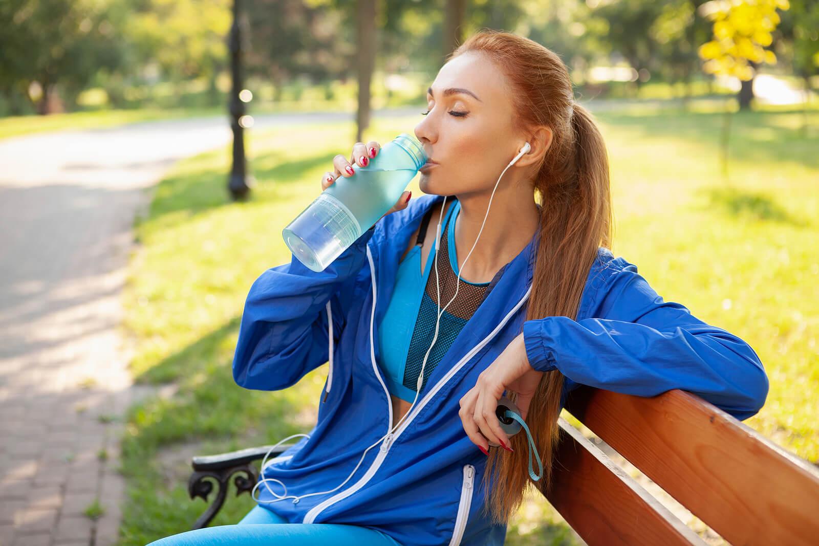 Beber agua ayuda a alcalinizar el cuerpo.