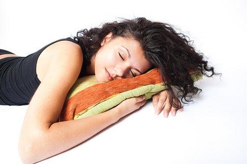 Mujer durmiendo del lado izquierdo