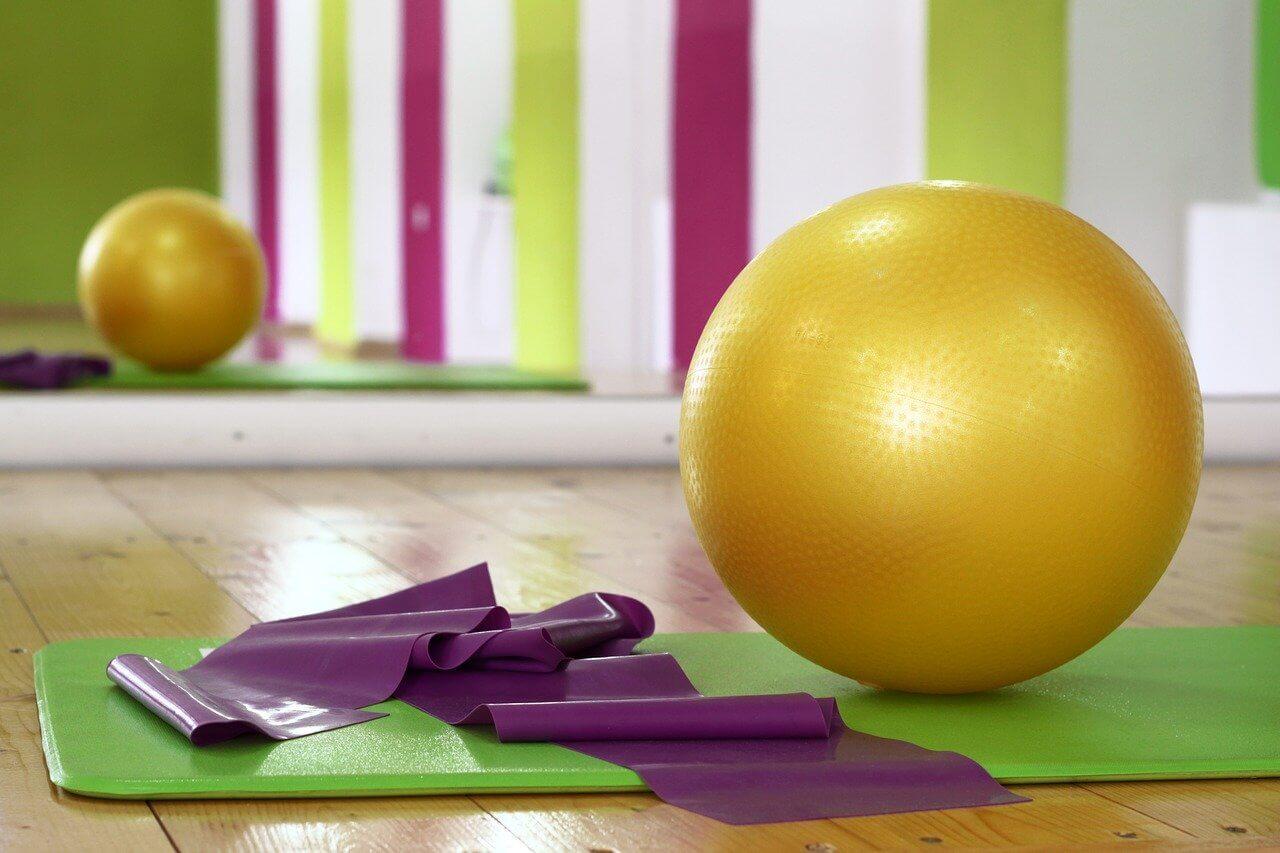 Elementos de pilates y pelota suiza