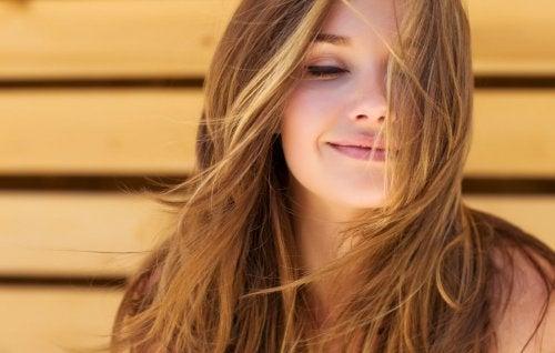 Mujer feliz con pelo sno