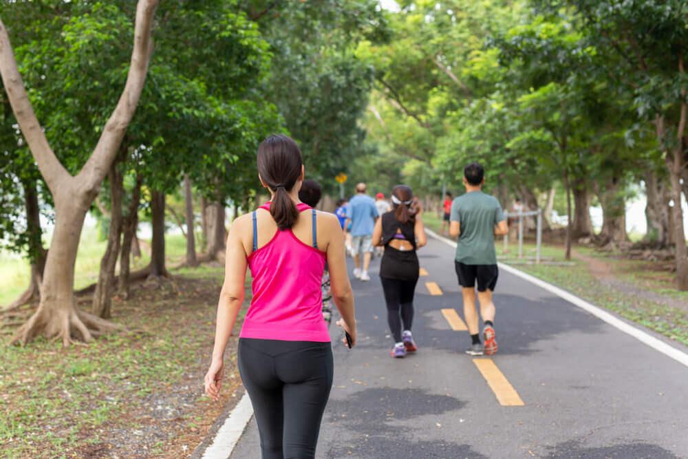 Personas caminando y haciendo jogging.