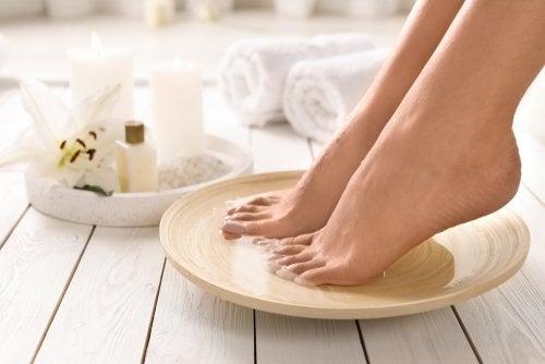 Cómo combatir naturalmente el olor de pies