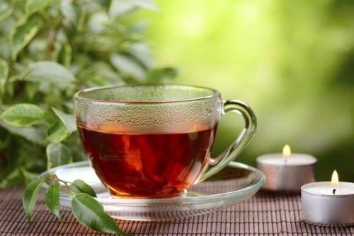Vaso con té rojo