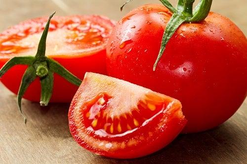¿Cómo disminuir la presión alta con el tomate?