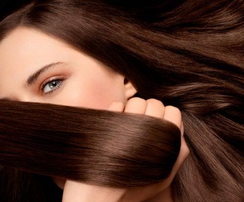 Mujer con el cabello sano