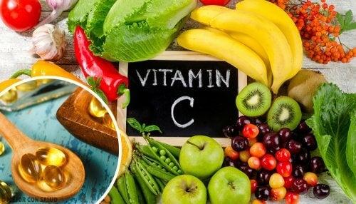 """Alimentos al rededor de una pizarra con la leyenda """"Vitamin C"""""""