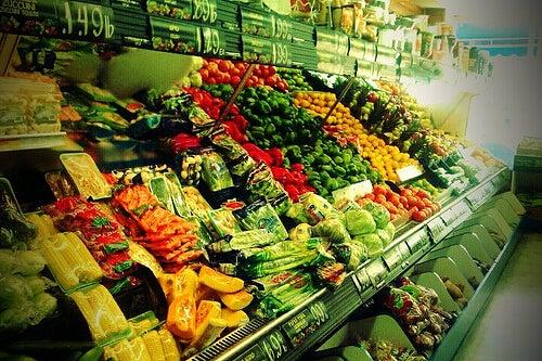 Variedad de vegetales en un supermercado