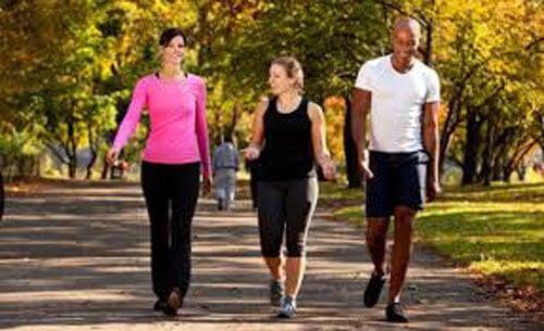 Caminar en un parque con amigos
