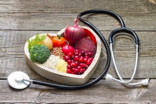 Comida en un bol con forma de corazón y un estetoscopio