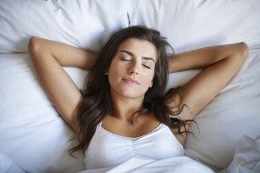 Mujer durmiendo relajadamente