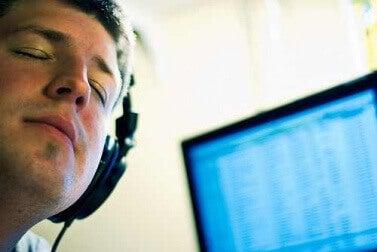 Hombre escuchando música con cascos representando los Beneficios de la música en las enfermedades neurológicas