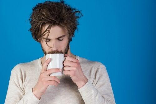 Hombre bebiendo de una taza