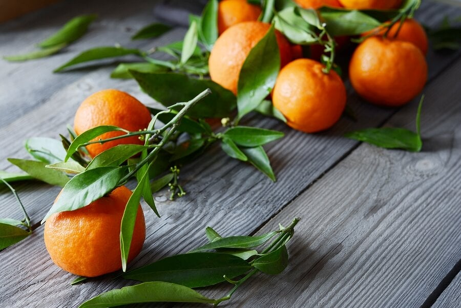 mandarinas en un ramo sobre una mesa de madera