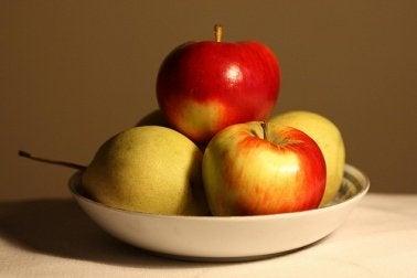 Manzanas en un plato