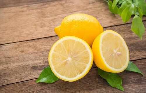 Limón cortado a la mitad