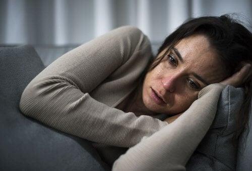 Mujer acostada en un sillón con depresión
