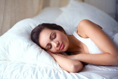 Mujer descansando en una cama