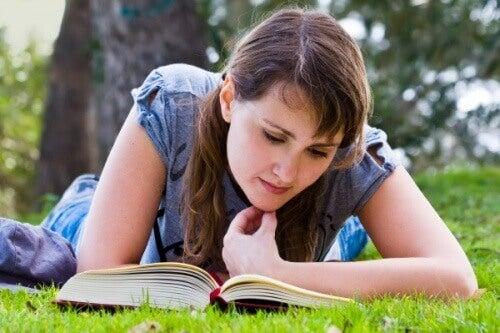 Mujer acostada leyendo