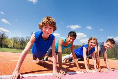 Niños ejercitándose para tener una buena salud de espalda