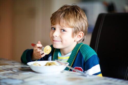 Niño tomando el desayuno por la mañana.