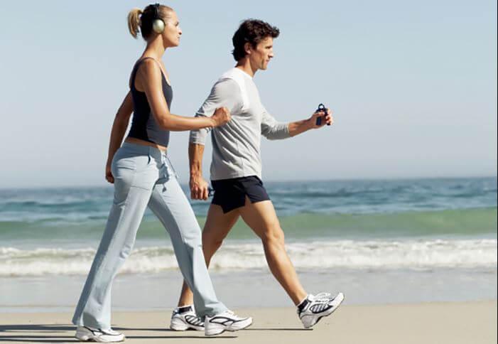 pareja camnina opor la playa