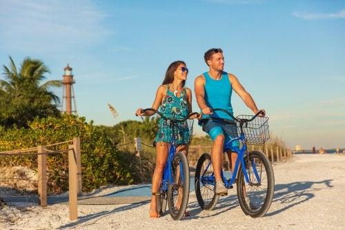 pareja feliz en una playa en bicicletas