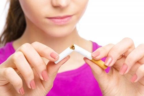 Mujer rompiendo un cigarillo