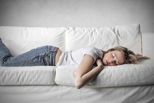 Mujer durmiendo en un sillón