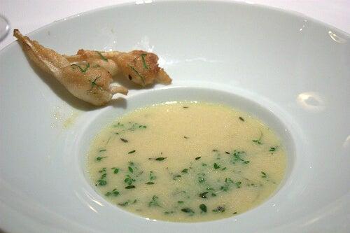 Taza con sopa de ajo y cebolla
