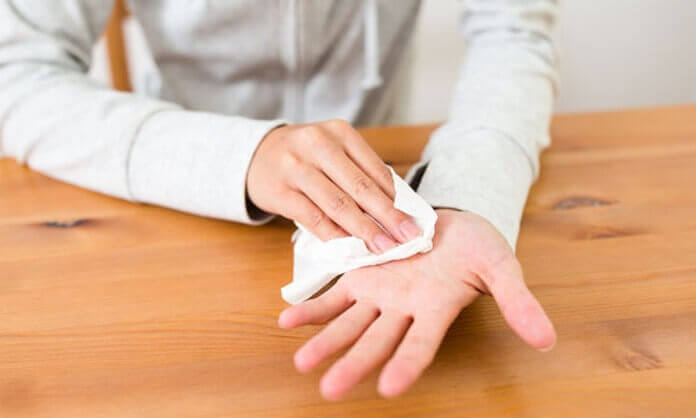 Mujer con manos sudorosas